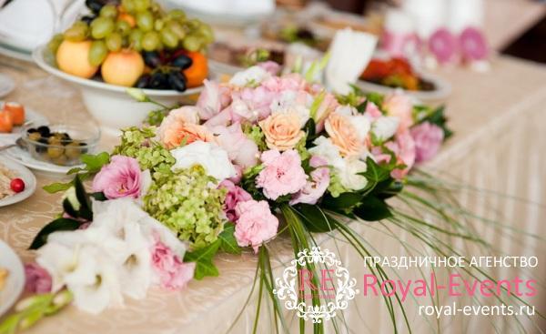 Оформление цветами столов
